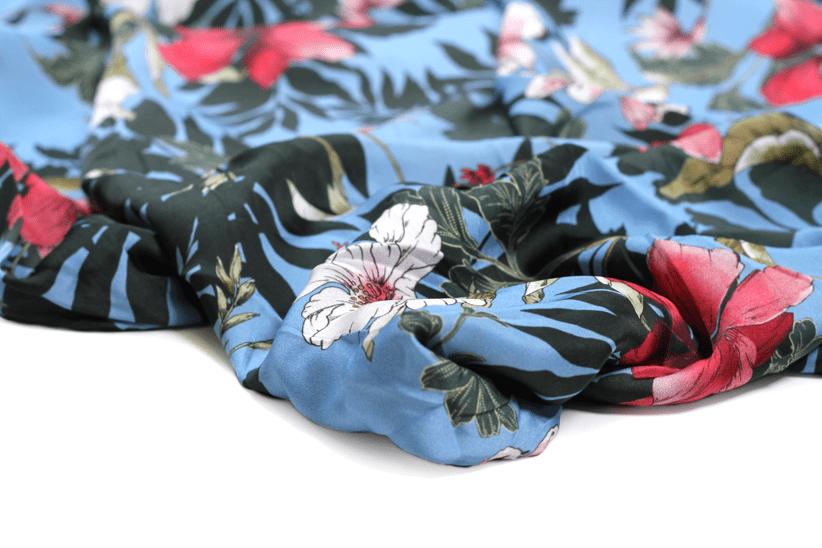 Viskose Webware mit Blumen auf blauem Hintergrund