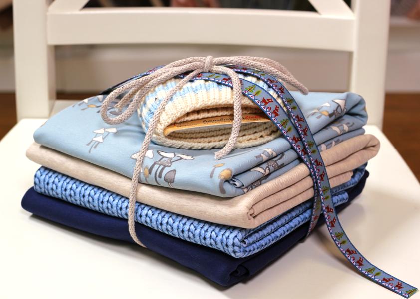 Stoffpaket in den Farbtönen blau und beige | Picking them up