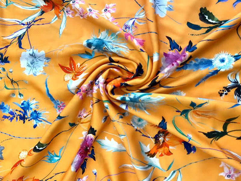 Viskose Webware Orangia Cyanus mit Blumen auf orangenem Hintergrund von Hilco