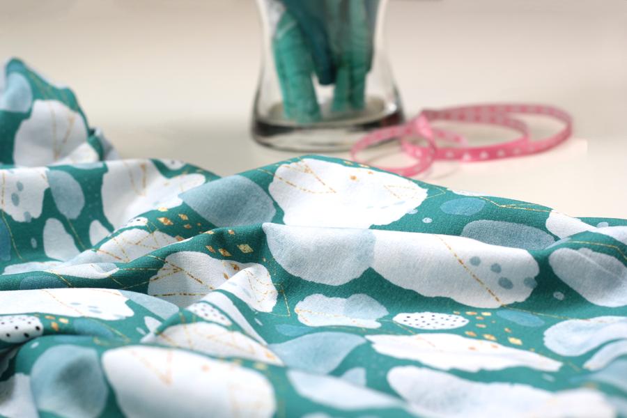 Sommersweat in smaragdgrün mit weißen Tupfern