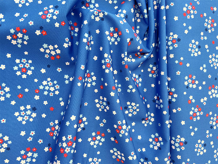 Baumwoll-Popeline Fresh Fruits mit Blümchen in blau von Hilco